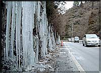 県道脇の氷柱