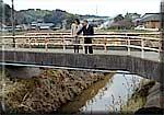 汚染の進んでいる関山川を調査
