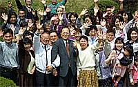 参議院議員加藤しゅういちを囲んで記念撮影