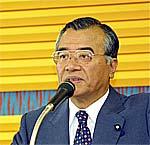 議員総会で挨拶する神崎代表