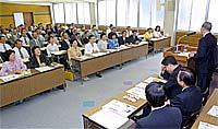 東京新宿の党本部で開かれた県議員総会