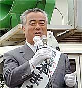 街頭遊説をする橋本昌県知事候補