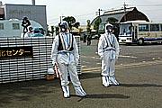防護服を着用し交通整理をする警察官