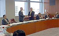 茨城県IT戦略会議の最終報告を知事に提出する西野議長