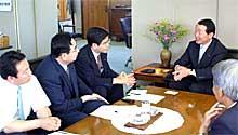 高萩市長と意見交換(右から高萩市長・石井衆議院議員・井手県議・今川市議)