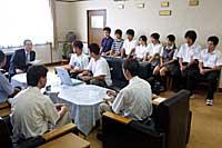 高校生によるインターハイ動画配信を樫村日立市長に報告