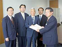 県営住宅の駐車場料金問題で土木部長に署名簿提出