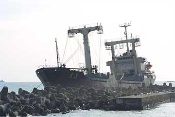 日立港沖堤防に座礁した北朝鮮の貨物船:チェルソン号