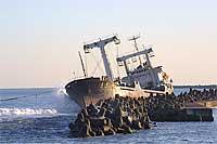座礁したチェルソン号。東洋一のタグボートで曳航を試みる。