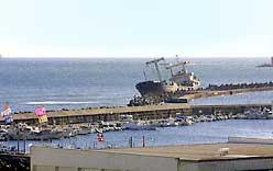 久慈浜巷沖堤防に座礁した北朝鮮貨物船