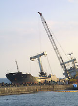 日立港の沖堤防で座礁した北朝鮮貨物船からタイヤチップを搬出する作業が急がれています