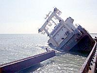 船体が真っ二つに割れた北朝鮮貨物船