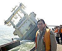 真っ二つになった座礁船を現場調査