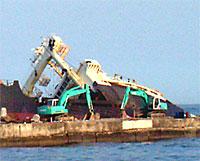 北朝鮮座礁船の撤去作業始まる