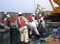 重油の回収作業:クリックすると大きな写真をご覧になれます。
