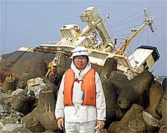 チルソン号解体現場を視察する井手よしひろ県議