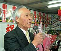 東海村議選:当選御礼を述べる根本鉄四郎候補