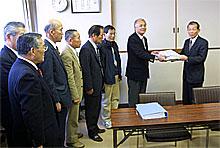 日立電鉄松場社長に署名簿を渡す大江会長