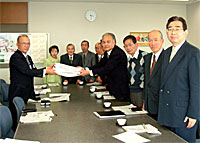 県企画部長に署名簿を提出する大沼学区コミュニティ推進会