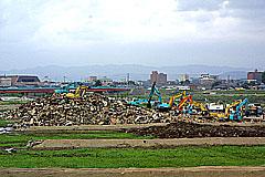 旧三条競馬場に集められた廃棄物