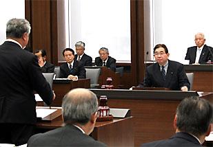 予算決算特別委員会で知事と質疑を交わす井手県議