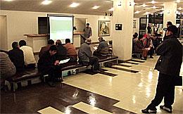 高萩市文化会館のロビーで候補者の討論を熱心に聞き入る市民
