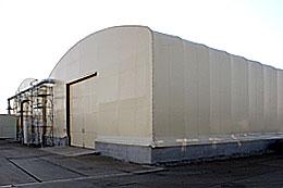 掘り出された有機ヒ素化合物が保管されている大型テント