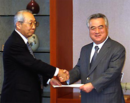 開催決定通知書を受け取る橋本知事(写真右)