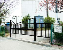 金沢小学校通用門の門扉
