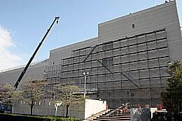 旧伊勢甚ビル北側での足場設置工事