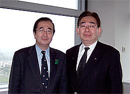古田直樹病院事業管理者(左)と井手よしひろ県議