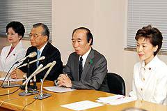 記者会見する神崎代表、坂口副代表ら、4月27日