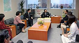 川俣副知事へ署名簿を提出