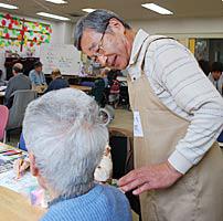 牛久市総合福祉センター内で介護実習に励む受講生の新関さん(右)