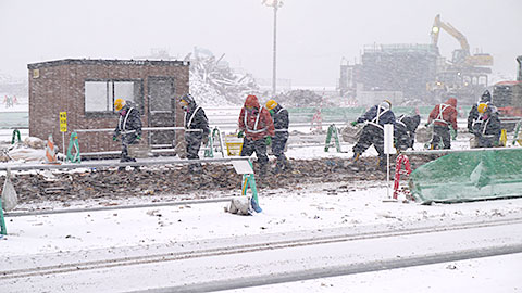 石巻ブロック災害廃棄物処理センターでの手作業による分別作業