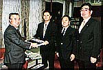 橋本県知事に署名提出